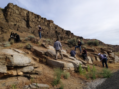 Students inspecting Swakane Gneiss